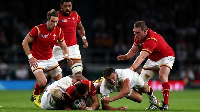Angličtí ragbisté během zápasu proti Walesu
