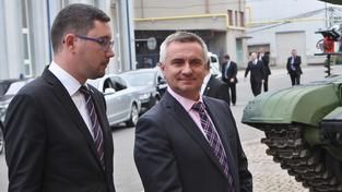Prezidentova kancléře Vratislava Mynáře (vpravo) zamítnutí bezpečnostní prověrky nerozhází. Prezident Miloš Zeman slíbil, že pro něj na Hradě vždycky nějaké místo najde