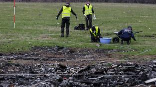 Vyšetřovatelé sbírají na místě nehody úlomky letadla