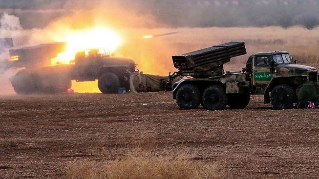 """Syrská armáda zahájila ofenzívu severně od guvernorátu Hamá, po """"pozicích IS"""" páli an snímku z raketometů Grad"""