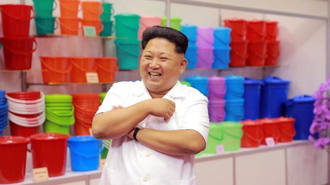 Tak co, jsou všechny kbelíky řádně vyrovnané? Kim Čong-un to přišel osobně zkontrolovat