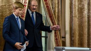 Lukašenko se synem Nikolajem u voleb