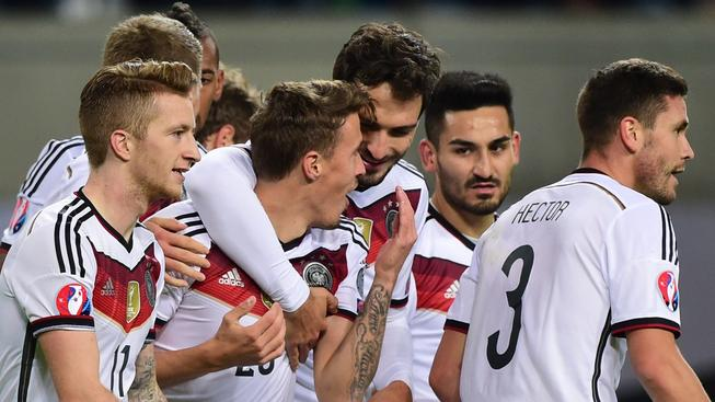 Němečtí fotbalisté se radují z postupu na Euro 2016