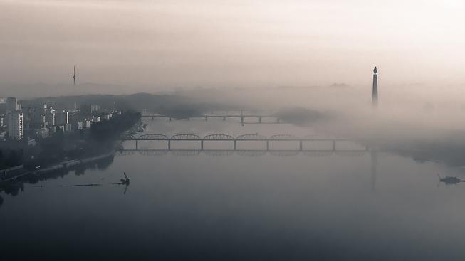 Pchjongjang zabalený v mlze