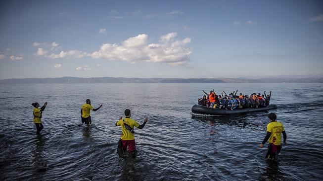 Uprchlíci připlouvají z Turecka k břehům řeckého ostrova Lesbos