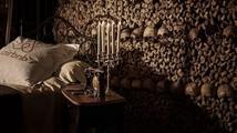 Noc v pařížských katakombách