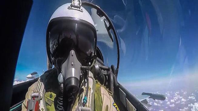 Pilot Su-30 během náletu v Sýrii na snímku, který poskytlo médiím ruské ministerstvo obrany