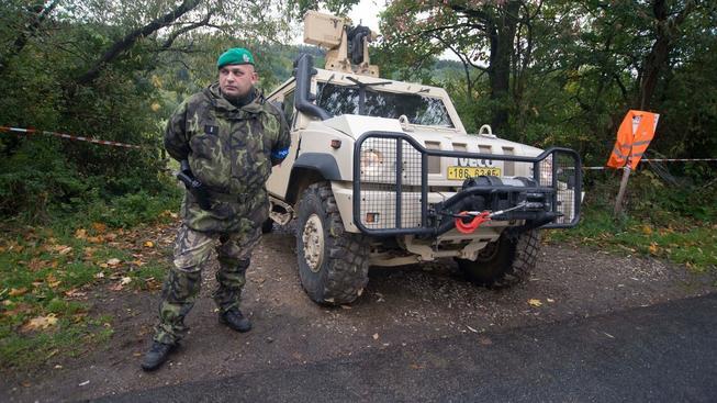 Okolí vrbětického areálu stále stráží vojáci a ještě několik let budou