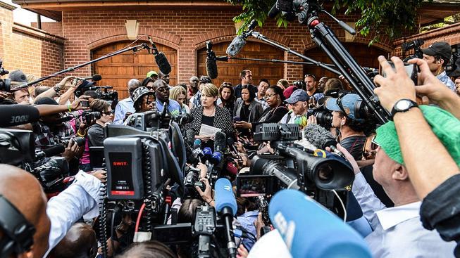 Annelise Burgessová, mluvčí rodiny Pistoriuse, před domem, kde si atlet odpyká zbytek trestu