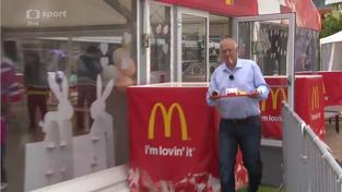 Reklama na McDonald's ve vysílání České televize. Hlavně nenápadně...