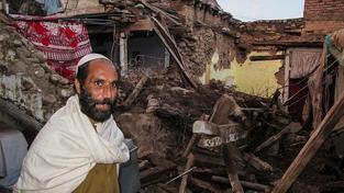 Lidé, kteří zemětřesení přežili, ještě nemají vyhráno. Ohrožuje je mráz a sníh
