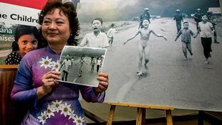 Fotografie Kim Phuc (na snímku) se stala symbolem vietnamské války a její autor Nick Ut za ni získal Pulizterovu cenu