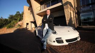 Drahá auta, drahé baráky a život v luxusu. Teď ale Radovanu Krejčířovi nemalou rychlostí ubývají peníze