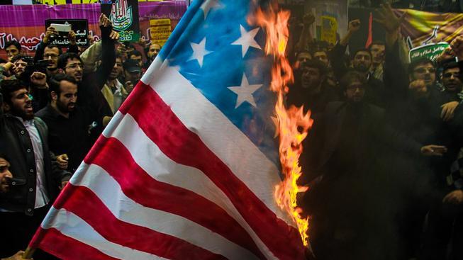 Pálení americké vlajky už v podstatě patří k takovému nevinnému íránskému folkloru