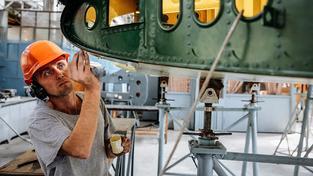Ukrajincům se nedostává kvalitně placené práce, Česku zase chybí kvalifikovaní pracovníci. Na snímku technik v továrně Antonov