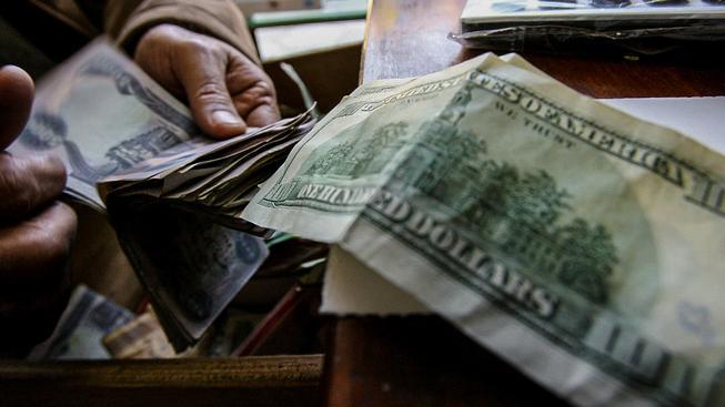 Iráčané za dináry nakupují  dolary, které do země pumpují Američané