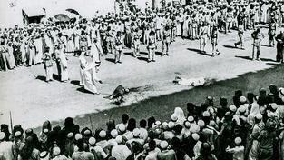 Popravčí dějiny Saúdské Arábie jsou dlouhé. Na snímku poprava v  tamním městě Džidda z roku 1930