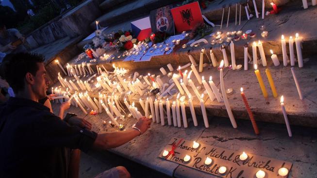Fotografie zavražděného českého páru a svíčky, které jim nosili Albánci