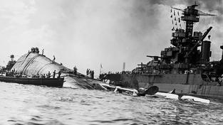 Při útoku na loď americké armády Oklahoma zemřelo všech 429 mužů na palubě. Zatím se podařilo identifikovat jen 35