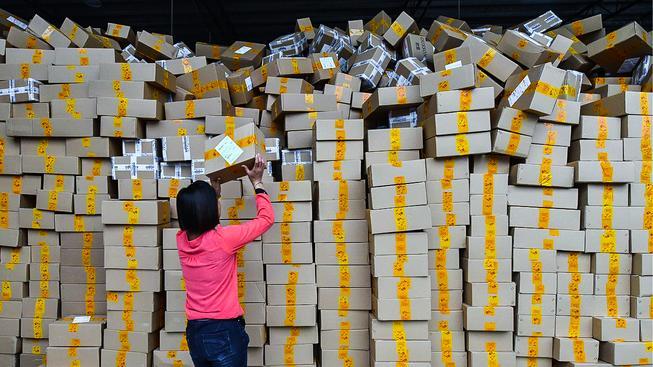 Zaměstnanci internetových prodejců nestíhali, objednávky se valily rekordní rychlostí