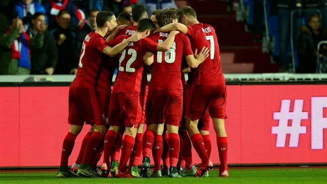 Čeští fotbalisté se radují z gólu Tomáše Sivoka