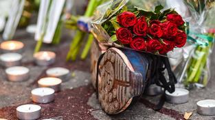 Na místa útoků nosí lidé květiny a svíčky