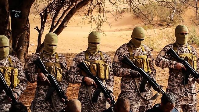 Ozbrojenci Islámského státu v Libyi při popravě etiopských křesťanů