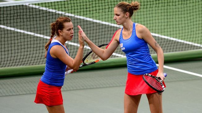 Barbora Strýcová (vlevo) a Karolína Plíšková ovládly rozhodující čtyřhru