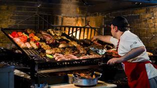 Mercado del Puerto v centru Montevidea je hala, kde se jí v podstatě výhradně grilované maso
