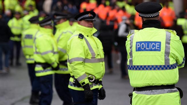 Britští policisté během městského derby mezi Manchesterem City a United