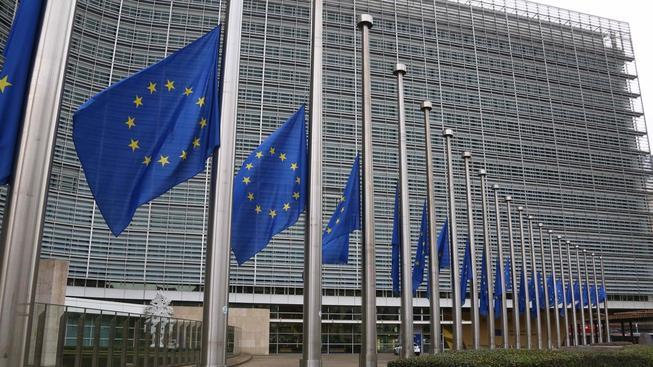 Země EU jako výraz solidarity s Francií stáhly vlajky na půl žerdi. Nyní budou moci (nebo spíš muset) pomoci i jinak než symbolicky
