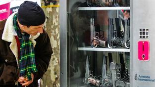 Makety zbraní v rámci kampaně Amnesty International za přísnější kontrolu zbraní