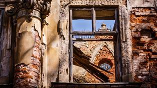 Chátrající barokní zámek. Ilustrační snímek