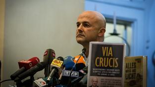 Vatikán bude soudit novináře, kteří napsali knihy o zneužívání financí. Na snímku Gianlugi Nuzzi se svou knihou Via Crucis (Křížová cesta)