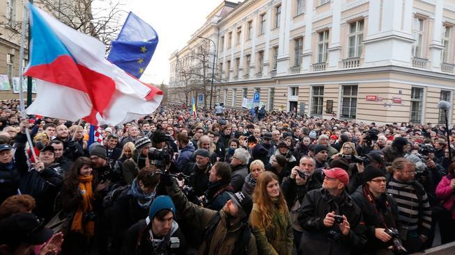Na náhradní pietní shromáždění k výročí 17. září přišly tisíce lidí