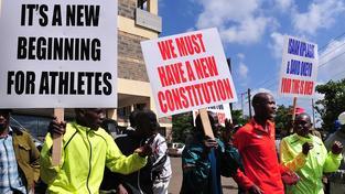 Kenští atleti protestující před sídlem svazu v Nairobi