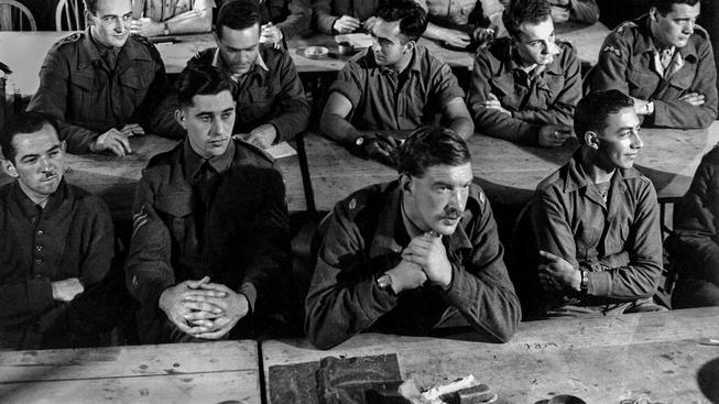 Američtí vojáci na demoliční lekci Úřadu pro strategické služby (OSS)