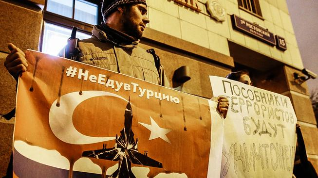 Protestující rusové před tureckou ambasádou v Moskvě. Na transparentech se píše #nejedudoturecka a 'Komplicové teroristů budou zničeni'