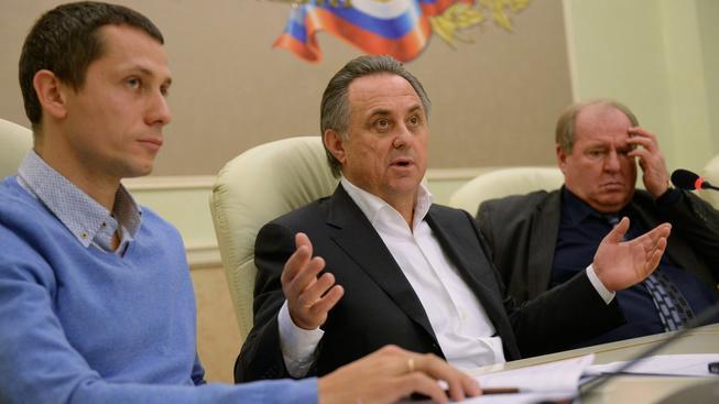 Ruský ministr sportu Vitalij Mutko (uprostřed) hovoří s novináři krátce po skončení nouzového zasedání atletického svazu