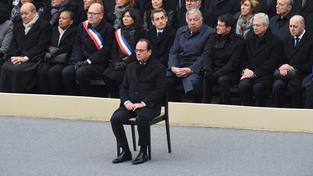 Pro zničení IS uděláme vše, slíbil Hollande truchlícím Francouzům