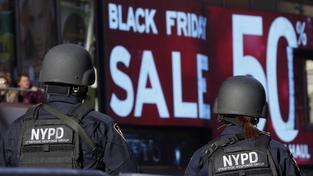 Policisté na newyorském Times Square během Černého pátku