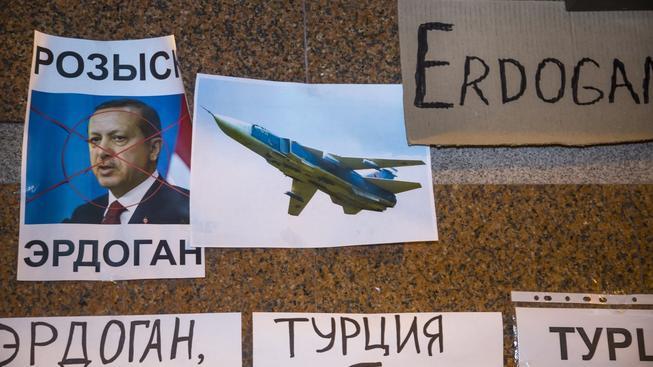 Turecká ambasáda v Moskvě polepená výhružnými nápisy po sestřelení ruského bitevníku