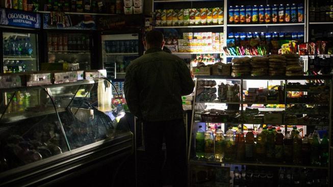 V obchodech ve městě Balaklava si musí zákazníci svítit svíčkami