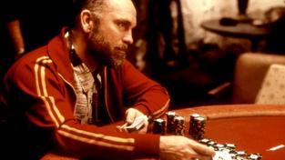 John Malkovich jako majitel nelegální herny ve filmu Hráči (ilustrační snímek)