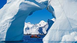 Turisté mezi ledovci v Antarktidě