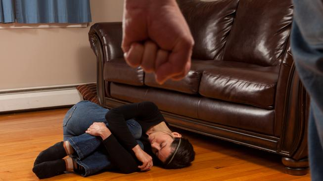 Domácí násilí v životě někdy zažily dvě pětiny lidí. (Ilustrační snímek)