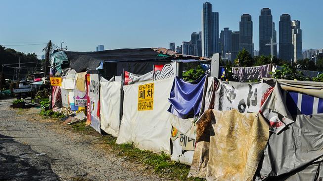Soul se rozšiřuje tak velkým tempem, že se mrakodrapy blíží i chudinským čtvrtím na okraji města. To chce alespoň část slumů zachovat jako  skanzen