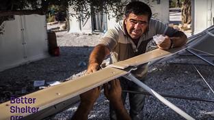 Skládání IKEA domku v uprchlickém táboře na Lesbosu