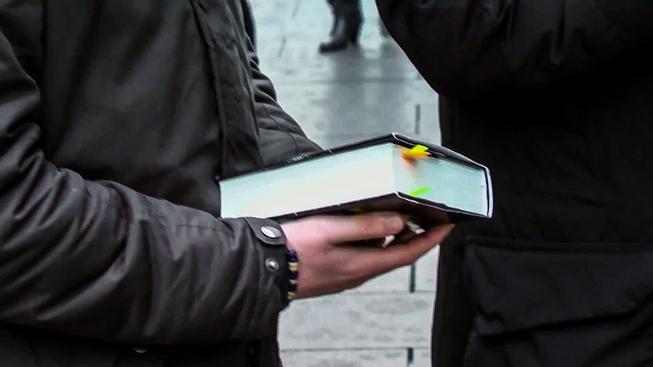 Autoři experimentu zamaskovali Bibli jako Korán a zjišťovali reakce kolemjdoucích