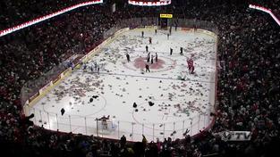 V Calgary pršeli plyšáci! Na led jich spadlo přes 28 tisíc